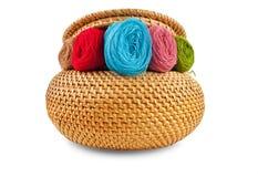 Weidenkästen sind mit farbigen Threads gelb Lizenzfreie Stockfotografie