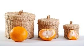 Weidenkästen und Mandarine Stockfoto
