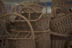 Weidenkörbe in einem Straßenmarkt lizenzfreie stockfotografie