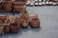 Weidenkörbe, gesponnene Sandalen, Stockfotos