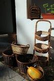 Weidenkörbe und orange Kürbis vor einem weißen traditionellen Haus lizenzfreies stockfoto