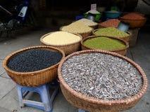 Weidenkörbe voll von Samen und von Gewürzen auf der Straße von Ho Chi Minh-Stadt Stockbild
