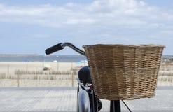 Weidenkorb auf dem Fahrrad stockfotografie
