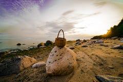 Weidenkorb auf dem Ufer des Finnischen Meerbusens auf dem Stein lizenzfreie stockbilder