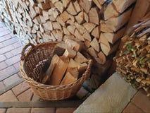 Weidenkorb des Brennholzes auf der Treppe stockfotos