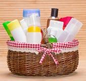 Weidenkorb gefüllt mit verschiedenen Schönheitsprodukten Lizenzfreies Stockfoto