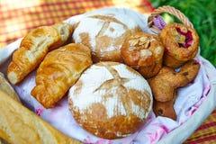 Weidenkorb mit dem Brot, das auf der Decke steht stockbild
