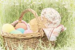 Weidenkorb mit Eiern und Ostern-Kuchen Lizenzfreies Stockfoto