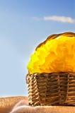 Weidenkorb mit gelbem Quast Stockbilder