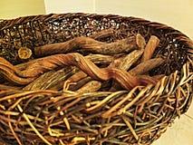 Weidenkorb mit Holz Stockfotografie