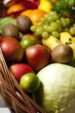 Weidenkorb mit Obst und Gemüse Lizenzfreie Stockfotos