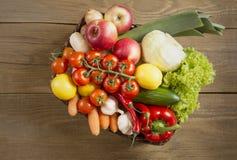 Weidenkorb mit Obst und Gemüse auf Holztisch Stockbild
