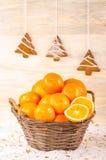 Weidenkorb mit Orangen Stockbild