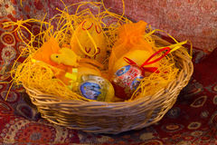 Weidenkorb mit Ostern Lizenzfreie Stockfotografie