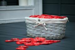 Weidenkorb mit roten Herzen Stockbild