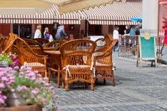 Weidenmöbel am Café im Freien Stockbilder