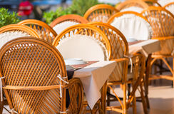 Weidenmöbel im Café Stockfoto