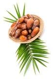 Weidenplatte von Dattelfrüchten Stockfoto