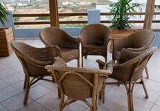 Weidenstühle auf dem Balkon. Lizenzfreie Stockbilder