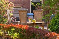 Weidenstühle im vorderen Garten Lizenzfreie Stockfotografie