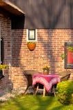 Weidenstühle und runde Tabelle im Garten Lizenzfreie Stockbilder