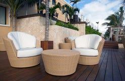 Weidentabelle und Stühle an der Luxuxrücksortierung Lizenzfreie Stockfotos