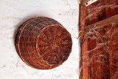 Weidenweidenkorb in der Halle stockbild