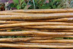 Weidenzaun hergestellt von den braunen Stöcken Lizenzfreie Stockfotografie