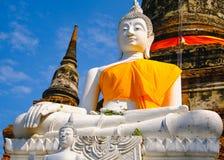 Weiße alte Buddha-Statue mit Hintergrund des blauen Himmels an Wat Yai Chai Mongkhon Old-Tempel Stockfotos
