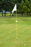 Weiße Flagge auf einem Golfplatz Lizenzfreies Stockbild