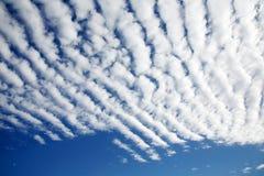 Weiße flaumige Wolken Lizenzfreie Stockfotos