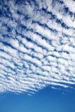 Weiße flaumige Wolken Lizenzfreies Stockfoto