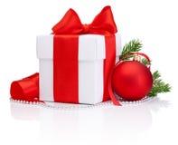 Weiße Geschenkbox gebundener roter Satinbandbogen, Weihnachtsball Lizenzfreie Stockbilder