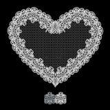 Weiße Herzform wird von Spitze Doily gemacht, der auf Schwarzem lokalisiert wird Lizenzfreies Stockbild