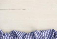 Weiße hölzerne Bretter mit einem Gingham kopieren Tischdecke Stockfotos