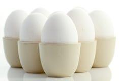 Weiße Huhneier in Eierbechern 2 Stockfoto
