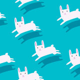 Weiße Kaninchen, die nahtloses Muster laufen lassen Lizenzfreie Stockfotos