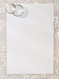 Weiße Karte für Glückwunsch mit Ringen Stockfotografie