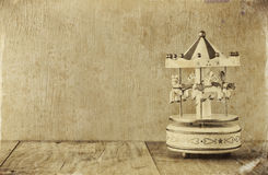 Weiße Karussellpferde der alten Weinlese auf Holztisch im altem Stil Schwarzweiss-Foto Stockbild