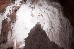 Weiße natürliche salzige Stalaktiten an der Salzhöhle Stockbild