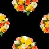Weiße, orange, rote und gelbe Rosen blüht, halber Blumenstrauß, Blumengesteck, der schwarze Hintergrund, lokalisiert Lizenzfreie Stockbilder