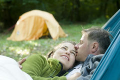 Weiße Paare in einer Hängematte Lizenzfreies Stockbild