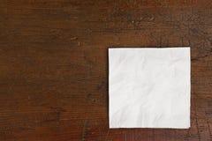 Weiße Serviette und alte Tabelle Lizenzfreie Stockfotografie
