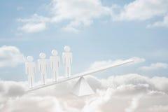 Weiße Skalen der menschlichen Ressource in den Wolken Stockfotografie
