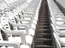 Weiße Stühle für ein Ereignis Lizenzfreies Stockfoto