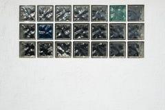 Weiße Wand mit Bergkristallen Stockfotos