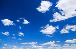 Weiße Wolken über blauem Himmel Stockfotografie