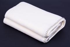 Weiße Wolldecke auf dunklem Hintergrund Lizenzfreies Stockfoto