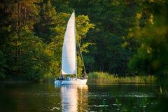 Weiße Yacht Lizenzfreie Stockfotografie