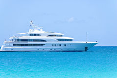 Weiße Yacht auf dem Ozean Lizenzfreie Stockfotografie